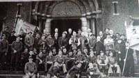 Tamines : groupes de mineurs à la sortie de l'Eglise des Alloux