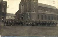 Tamines : rassemblement de militaires devant l'Eglise Saint Martin