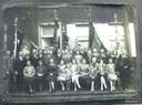 Groupe de survivants de la guerre avec les drapeaux de L'Union nationale des invalides civils de la guerre et ayant droit, 26 mai 1919