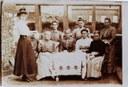 Tamines : groupe de femmes attablées