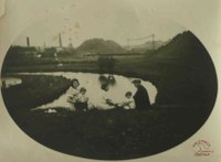 Tamines : famille en bord de Sambre en 1934